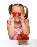dziewczyn truskawki szczęśliwe małe Obraz Royalty Free