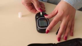 Dziewczyn wszywki w glucometer próbnych paski mierzyć krew w domu zbiory wideo