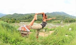 Dziewczyna ćwiczy joga na ryż polach w górach na Flores Obraz Royalty Free