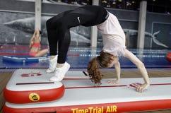 Dziewczyna ćwiczy na sprawności fizycznej tratwie Zdjęcie Stock