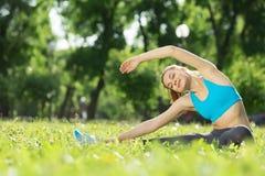 Dziewczyna ćwiczy rozciągający ćwiczenie Zdjęcia Stock