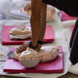 Dziewczyna Ćwiczy z Mannequin podczas pierwszej pomocy i nagłego wypadku kursu Obrazy Royalty Free