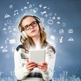 Dziewczyna łącząca internet z pastylką Fotografia Royalty Free