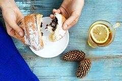 Dziewczyna łama croissant ręka Odgórny widok Pojęcie fo Obrazy Stock