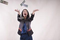 Dziewczyna łapie pieniądze studio zdjęcie royalty free