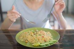 Dziewczyna łasowanie Smażący ryż na miękkiej ostrości Zdjęcia Royalty Free