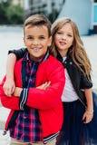 Dziewczyna ściska faceta od behind w ulicie w mieście Dwa dzieci wpólnie uścisk obrazy stock