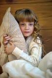 Dziewczyna ściska poduszkę zdjęcia stock