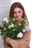 Dziewczyna ściska wazę z Japońskimi różami obrazy stock