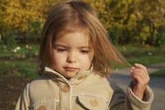 dziewczyna śliczny włosy jej mały bawić się Obrazy Royalty Free