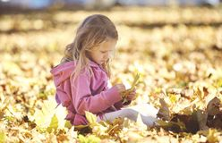 Dziewczyna śmia się outdoors i bawić się w jesieni na natura spacerze Fotografia Royalty Free