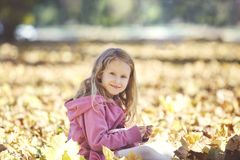 Dziewczyna śmia się outdoors i bawić się w jesieni na natura spacerze Zdjęcia Royalty Free