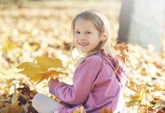 Dziewczyna śmia się outdoors i bawić się w jesieni na natura spacerze Obraz Royalty Free
