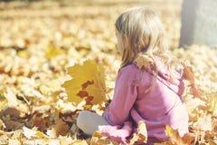 Dziewczyna śmia się outdoors i bawić się w jesieni na natura spacerze Zdjęcie Royalty Free