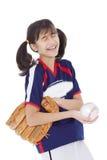 Dziewczyna śmia się podczas gdy trzymający softballa i mitenkę odizolowywającymi, Obrazy Stock