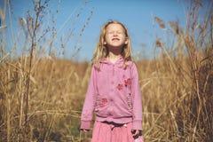 Dziewczyna śmia się w jesieni na naturze chodzi outdoors Zdjęcia Royalty Free