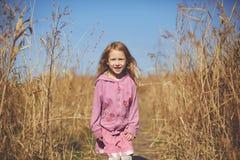 Dziewczyna śmia się w jesieni na naturze chodzi outdoors Obraz Royalty Free