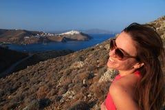 Dziewczyna śmia się z jej głową w Astypalea wyspie obracał z lewej strony fotografia royalty free