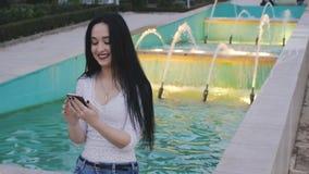 Dziewczyna śmiechy używać smartphone zbiory wideo