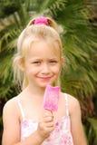 dziewczyna śmietanki różowy lodu. Obraz Royalty Free