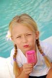 dziewczyna śmietanki różowy lodu. Obraz Stock