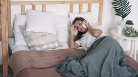 Dziewczyna śpi na łóżku, budzi się od rozmowy telefoniczej, opowiada i spada, uśpiony, zwolnione tempo zbiory wideo