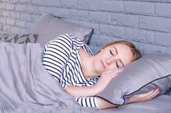 Dziewczyna śpi w łóżku zdjęcie stock