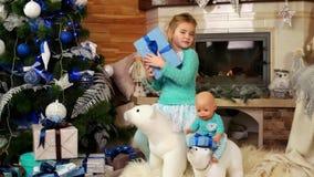 Dziewczyna śpiew podczas gdy mieć zabawę bawić się z zabawką podczas zima wakacje i ma zabawę, wigilia, dziecko taniec zbiory wideo