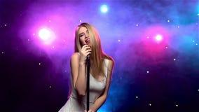 Dziewczyna śpiew w retro mikrofon z dymnym skutkiem swobodny ruch zdjęcie wideo
