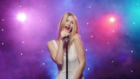 Dziewczyna śpiew w retro mikrofonu stroboskopu oświetlenie i dymnego skutek zbiory
