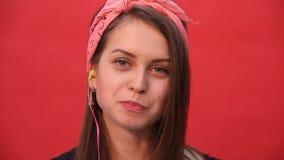 Dziewczyna żuć cud na czerwonym tle i pęka zbiory wideo