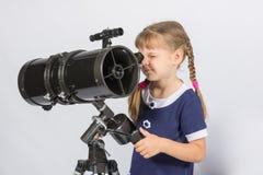 Dziewczyna amatorski astronom ustawia - w górę teleskopu dla obserwować gwiaździstego niebo Obrazy Royalty Free