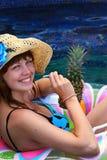 dziewczyna ananas Zdjęcia Royalty Free