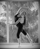 Dziewczyna angażująca sztuka gimnastyczna na okno obrazy stock