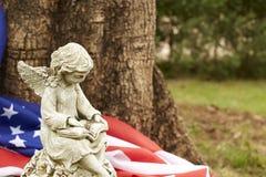dziewczyna anioła statua z flaga America zdjęcia stock
