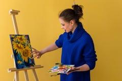 Dziewczyna artysta maluje słoneczniki Obrazy Stock