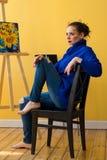 Dziewczyna artysta maluje słoneczniki Zdjęcia Royalty Free