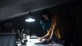 Dziewczyna artysta podpisuje niektóre jego pracy Malujący znak mistrz Kanwa na blejtramu podpisu czerni markierze zdjęcie wideo