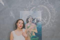 Dziewczyna artysta z jej obrazkiem fotografia stock