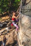 Dziewczyna arywista na skale Fotografia Royalty Free