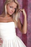 dziewczyna atrakcyjny piękny smokingowy biel Obraz Royalty Free
