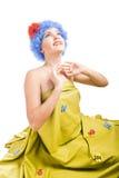 dziewczyna błękitny włosy patrzeje pozytyw błękitny Obrazy Stock