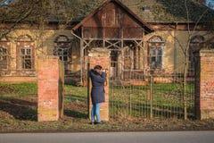 Dziewczyna bada w parku przy jesienią w błękitów ubraniach zdjęcia stock
