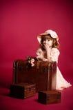 dziewczyna bagażniki mali pobliski siedzący Zdjęcia Stock