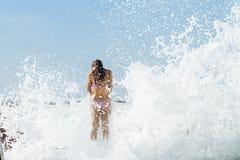 Dziewczyna basenu Pływowe fala Obrazy Royalty Free