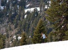 Dziewczyna bawić się z śniegiem po środku lata w górach fotografia stock