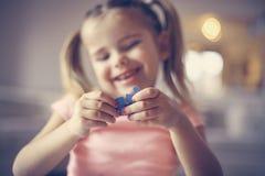 dziewczyna bawić się łamigłówkę koncepcja rzędu śruby fotografii Obrazy Stock