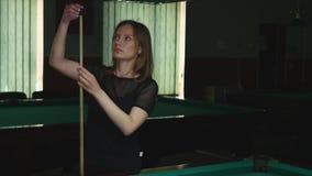 Dziewczyna bawić się bilardową basen grę pisze kredą jej basen wskazówki poradę zbiory