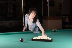 Dziewczyna bawić się billiards kobieta trzyma wskazówka kij zdjęcia royalty free