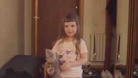 Dziewczyna bawić się faszerującą zabawkę zbiory wideo